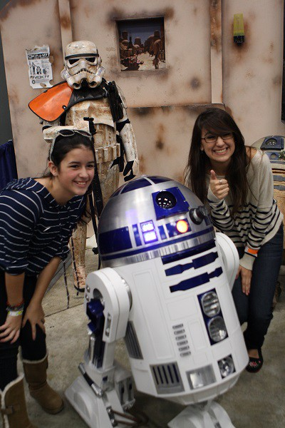 R2D2_With_Fans_LO_photo_by_Hector_M_Valle
