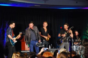 Gil McKinney and Sebastian Roche sing with Louden Swain at DCcon.